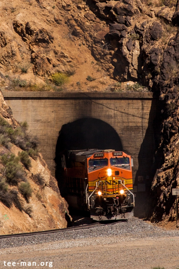BNSF 4345 emerging from tunnel 10. Walong (CA), 25.5.2014
