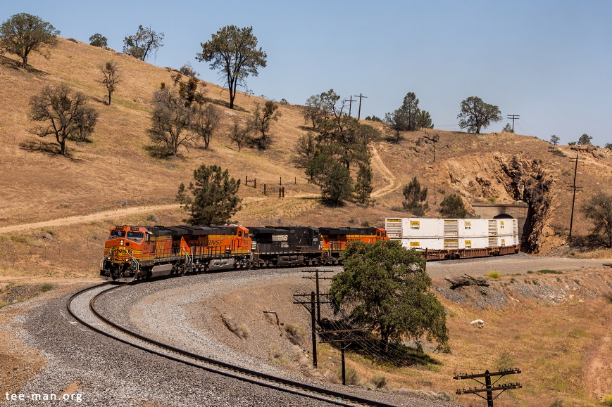 BNSF 4345, 2 sisters and a Norfolk Southern cousin lead an eastbound double stack container train. Walong (CA), 25.5.2014