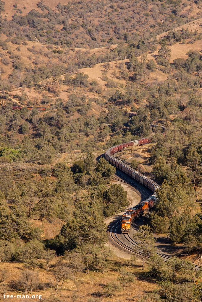 BNSF 4146 heading a westbound grain train up the hill. Walong (CA), 25.5.2014
