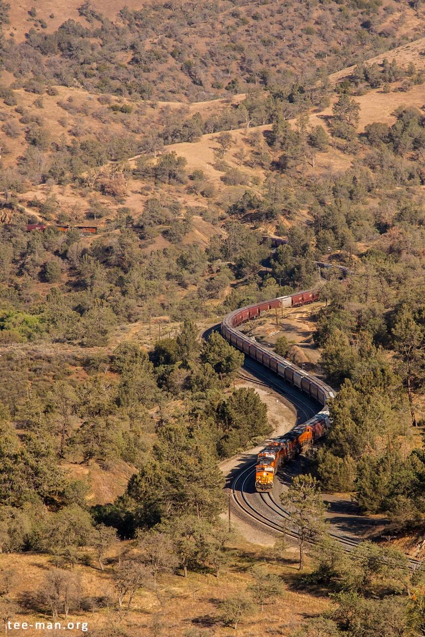 BNSF 4146 heading a westbound grain train up the hill. Walong (CA), 25.5.2014