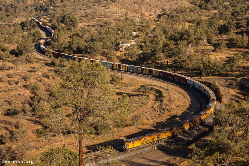 UP 8069 leads a westbound manifest through Walong (CA), 25.5.2014