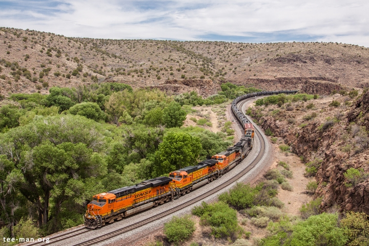 BNSF 7211 pulls an oil train west. Valentine (AZ), 28.5.2014