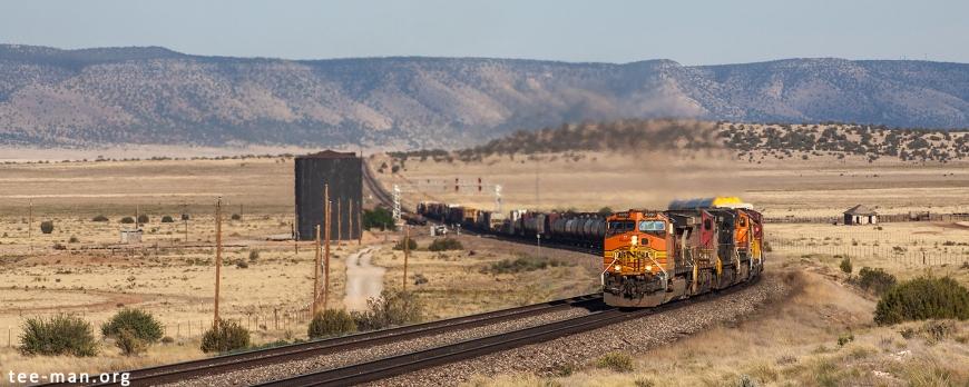 BNSF 4090 is heading west through Aubrey Valley, west of Seligman. Pica (AZ), 28.5.2014