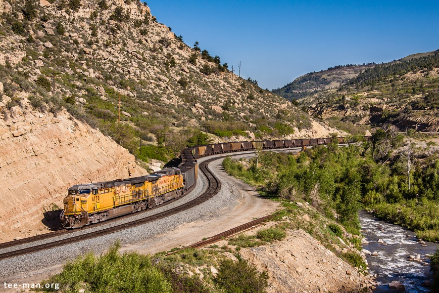 UP's 6770 is still working hard, slowly pulling a heavy coal train uphill. Kyune (UT), 1.6.2014