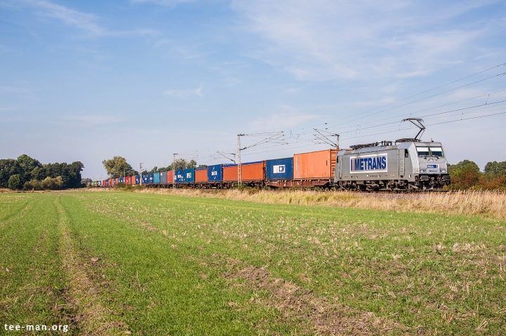 Metrans 386 013 heading towards the Czech Republic. There seems to be a remarkable amount of traffic on Sunday heading south from the port region of Hamburg. Güterglück, 25.9.2016.