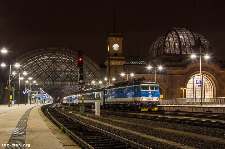 CD 371 015 has just taken over from two DB 101 locomotives. It is ready to continue the journey of Euronight 477 that connects Berlin to Budapest. Dresden Hbf, 18.9.2016