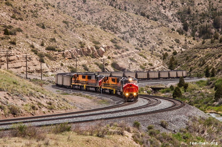 The road to the top is curvy and steep. UTAH 5003 and 10 sisters (of whom 6 are not visible) will get their coal train there eventually. Kyune (UT), 2.6.2014