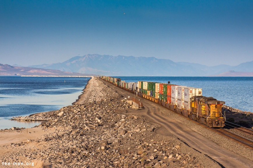 UP 6741 and a sister push a train over the Great Salt Lake. Lakeside (UT), 3.6.2014