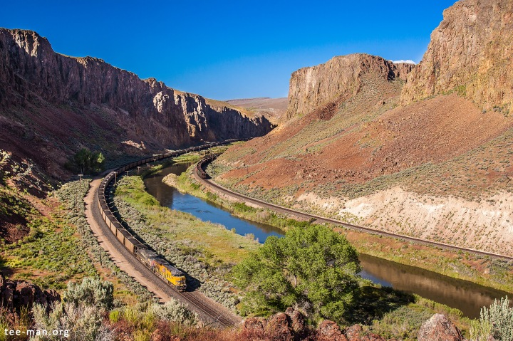 UP 8106 and a sister haul a westbound coal train. Palisade (NV), 4.6.2014