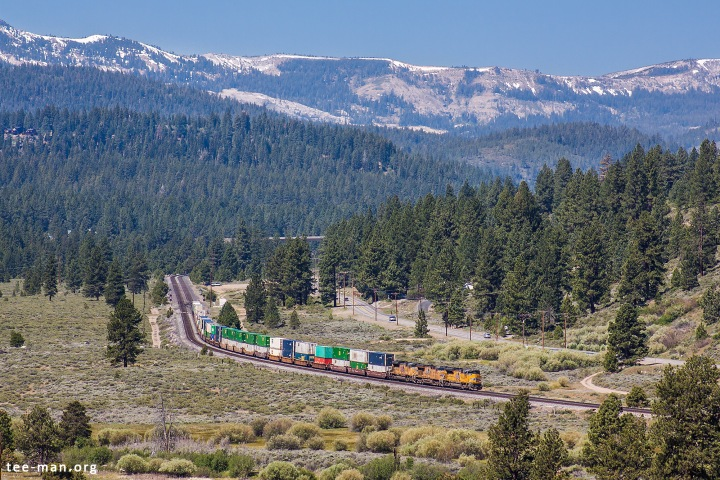 Standing on a rocky slope, we made photos of the last trains of our vacation. Among others, this eastbound container train hauled by Union Pacific's 8774. Truckee, 6.6.2014