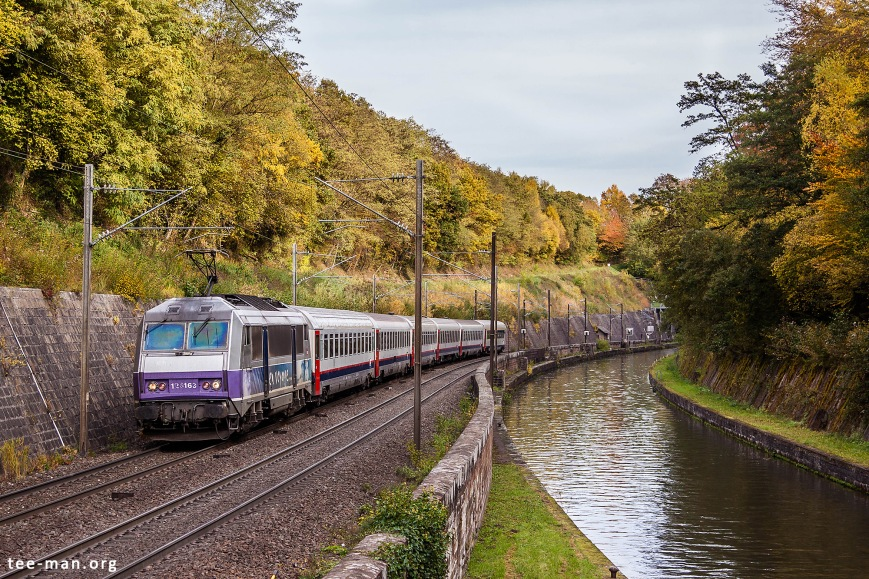 The Eurocity to Brussels along the canal at Arzviller. 24.10.2015