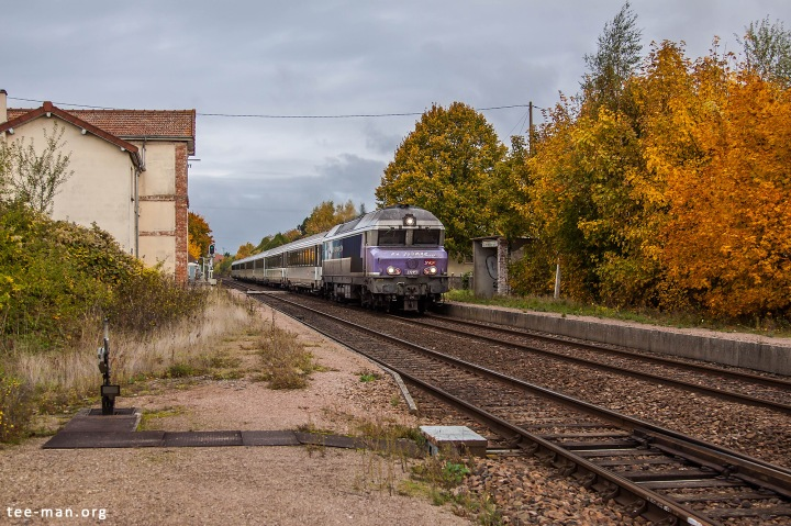 Saint-Mesmin, where time stood still. In colorfull autumw atmosphere, SNCF's 72151 hauls an intercités from Paris to Belfort. 25.10.2015